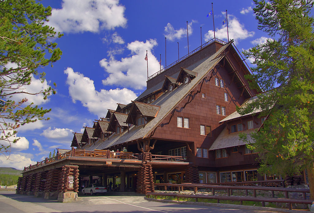 Yellowstone log cabin hotel